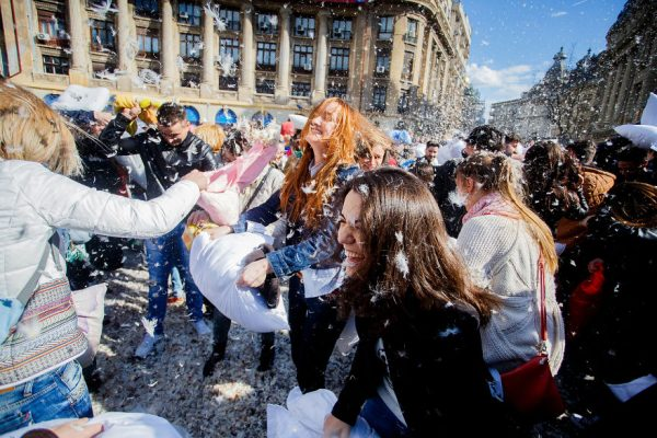 pillow-fight-documentary-photography_005__880